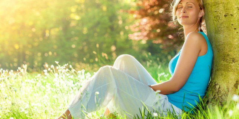 Frau entspannt in der Natur.