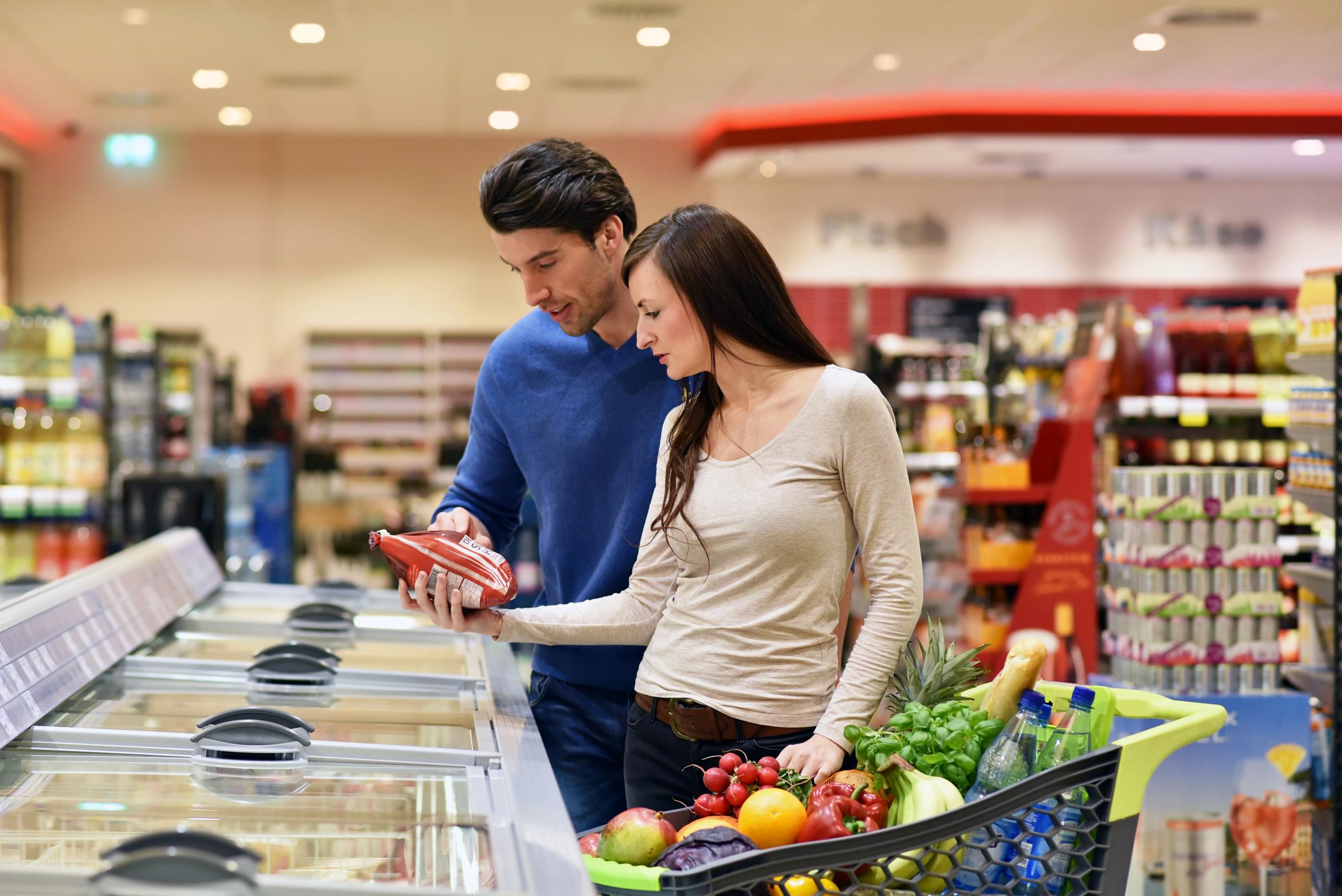Ein junges Paar beim Einkaufen im Supermarkt