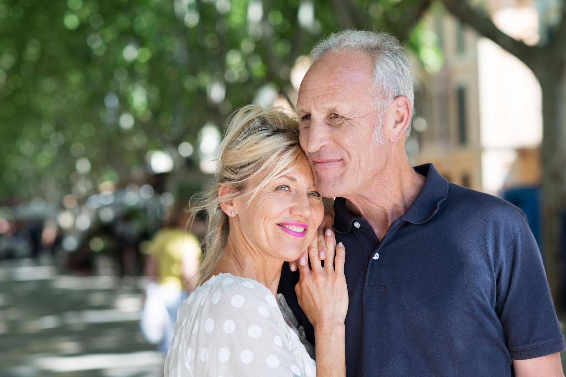 Best Ager Paar unter Bäumen