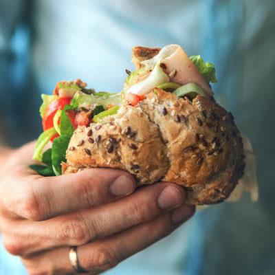 Verzichte auf verarbeitete Kohlenhydrate wie Pommes und Weißbrot und wähle Gemüse und Vollkornprodukte.