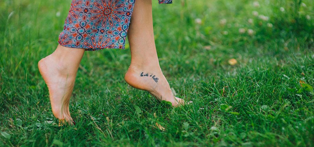 Spüre die Erde unter deinen Füßen.
