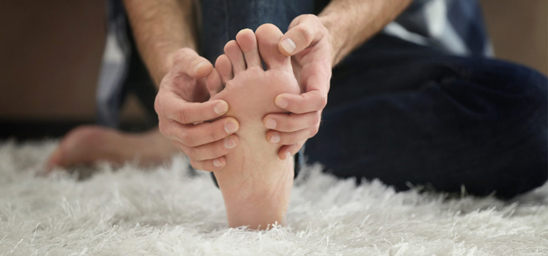 Ziehe einfach deine Zehen mit der Hand sanft nach oben.