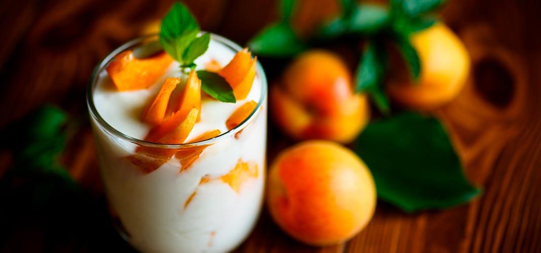 Schichte die Aprikosen mit der Creme einfach in Dessertgläser und verziere sie mit Pistazien: mmmhh!
