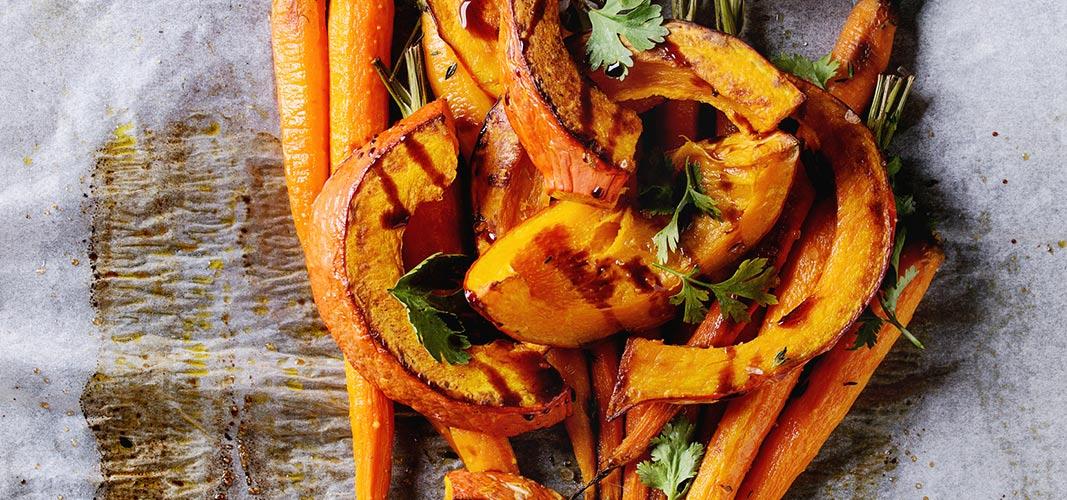 Kürbisgemüse und Karotten mit etwas Öl und vielen Kräutern, dazu ein naturgebratenes Putenfilet.