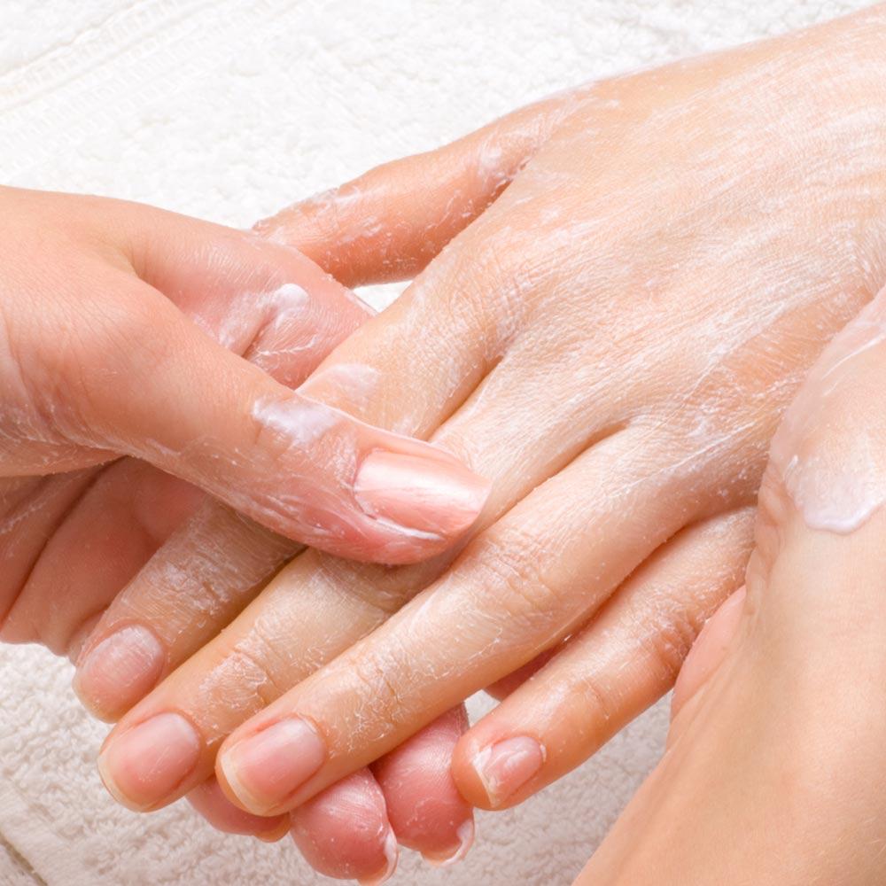 Im Winter sind trockene Hände mit Rissen besonders anfällig für Bakterien und daraus resultierende Entzündungen.