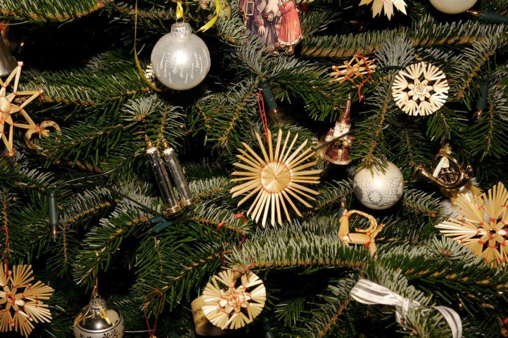 Weihnachtsbaum mit Strohsternen und handgemachten Weihnachtsschmuck. das ist Forever Weihnachten.
