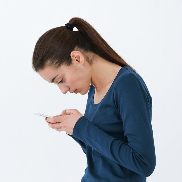 Kopfschmerzen durch Handy-Nacken?