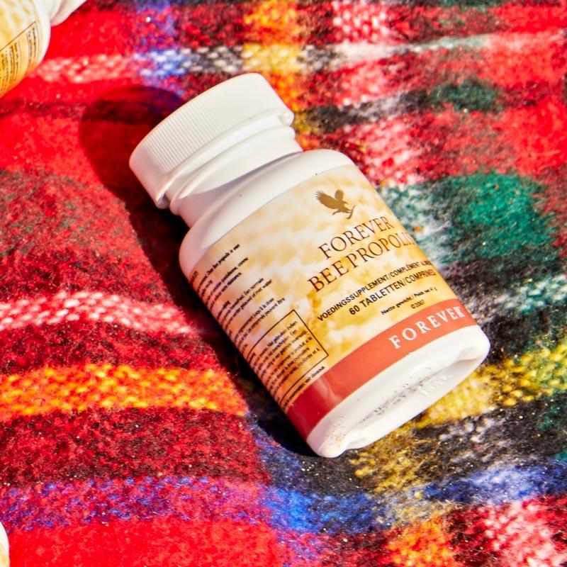 Gelée Royale ist die Hauptnahrung der Bienenkönigin und wird als Sekret in den Drüsen der Arbeiterbienen produziert.